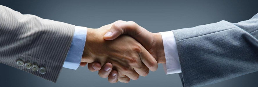 Comporta - handshake_-_hand_holding_on_black_background.jpg