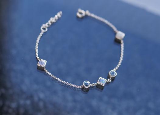 Нежный серебряный браслет с топазами и лунными камнями