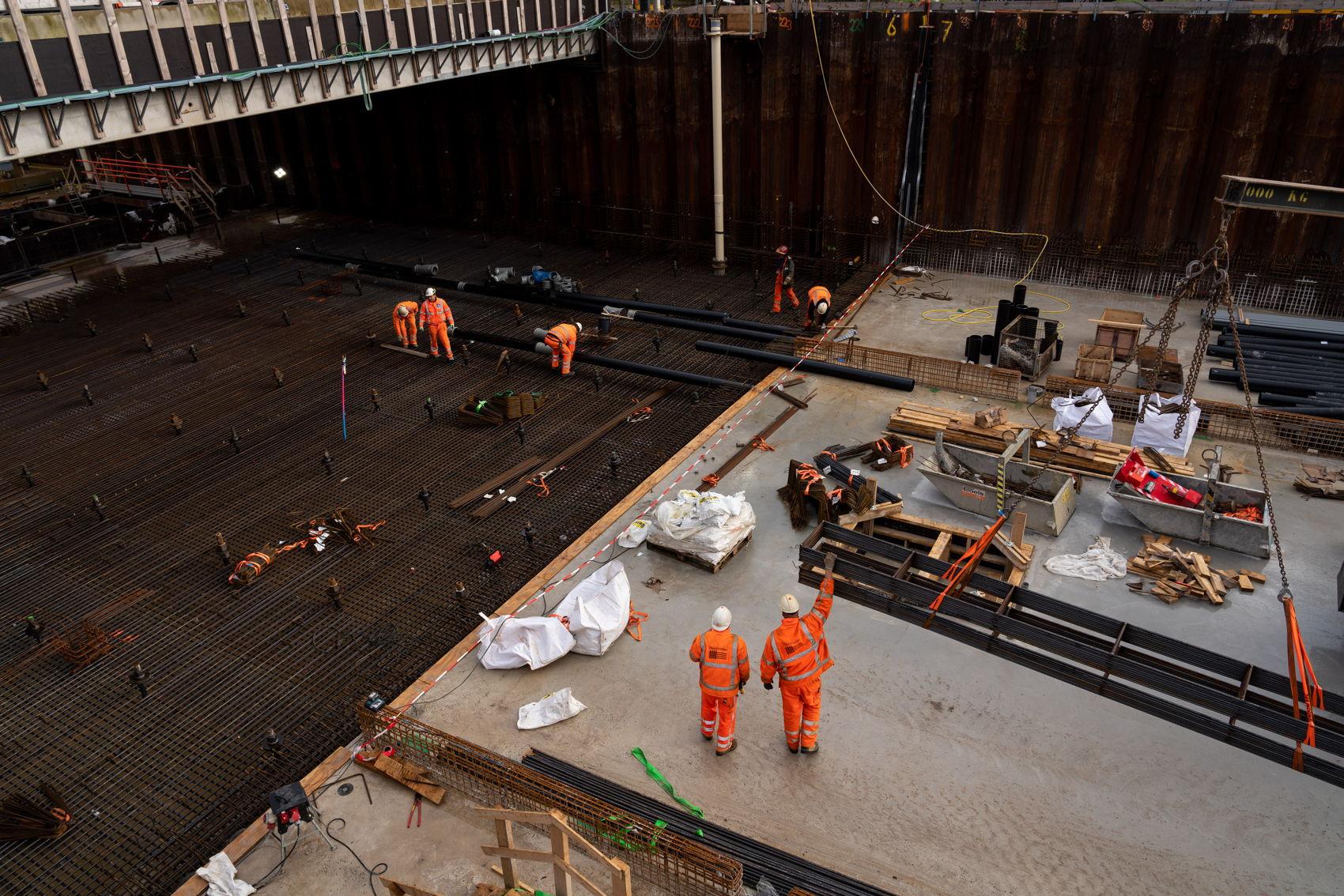 Een deel van de vloer in de bak is al voorzien van beton. Onder het brugdek zijn ze nog bezig met het leidingwerk.