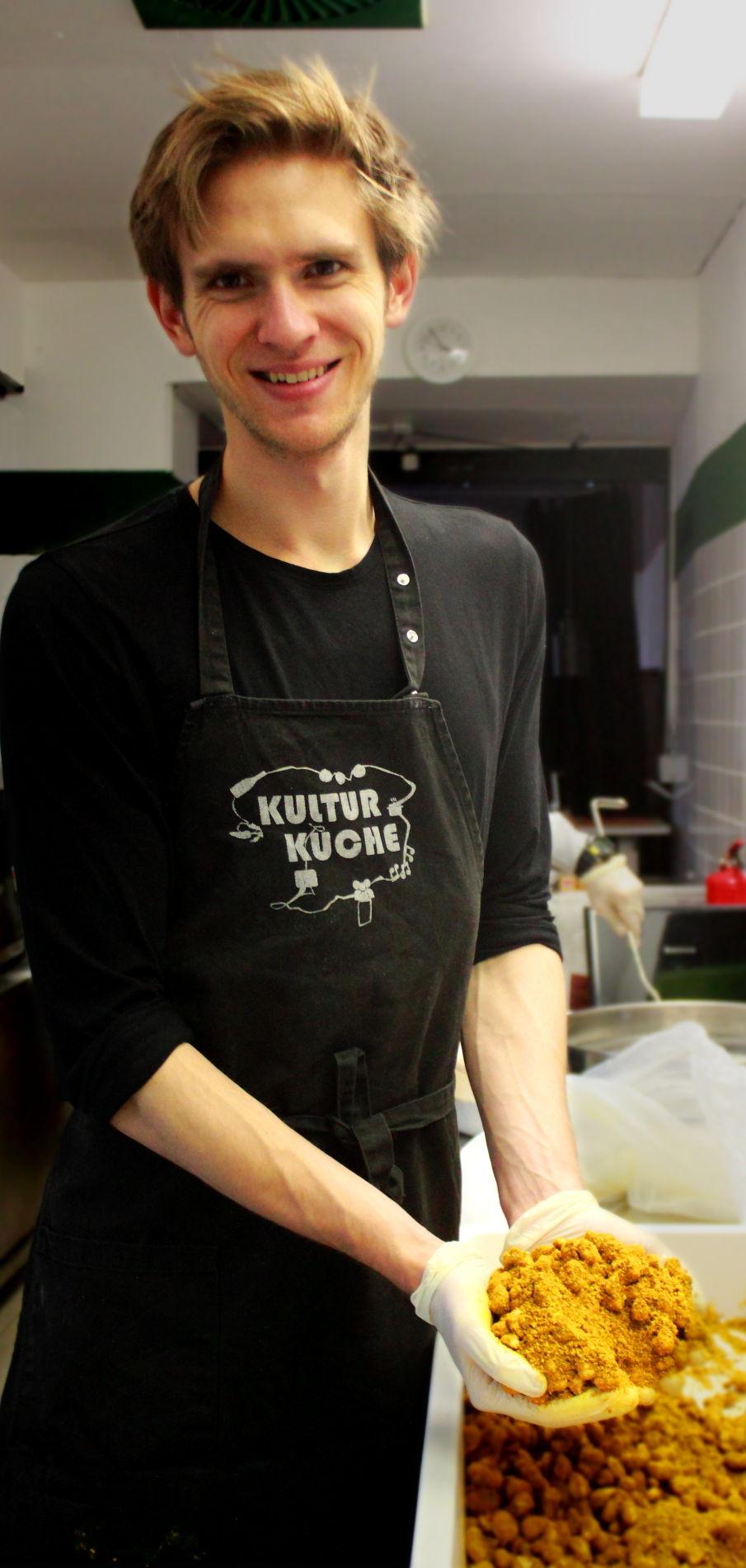 Gründer von den Gewürznüssen Kevin Drasl in der Küche bei der Herstellung