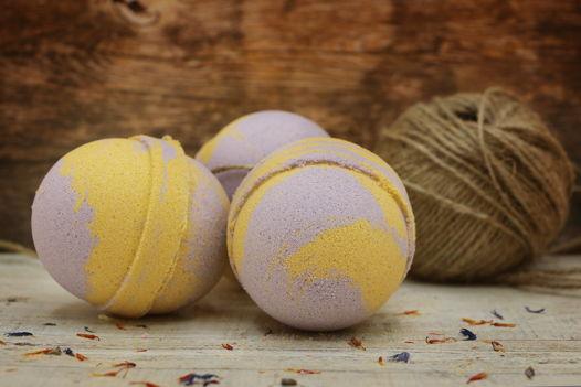 """Расслабляющая желтая с фиолетовым бомбочка для ванны """"Иланг-иланг, корица и сандал"""""""