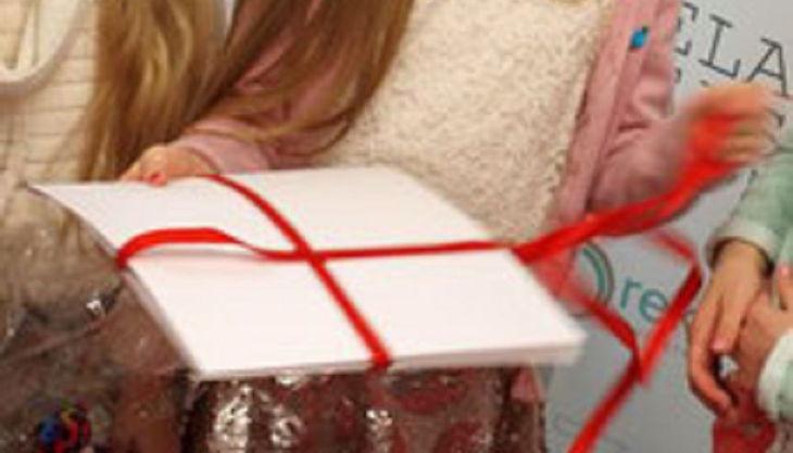 ela eis mädchen packt geschenk aus