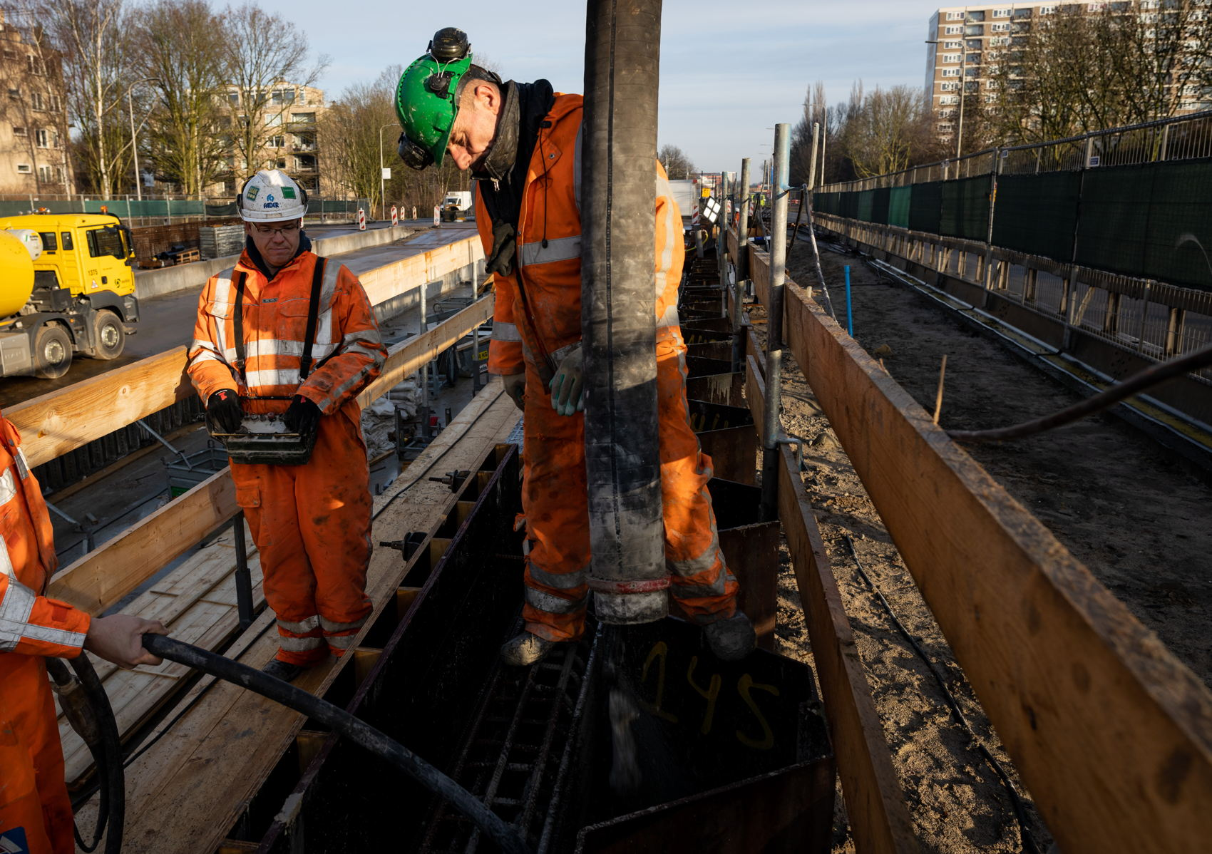 Bij de Sportlaan werd gewerkt aan de betonnen afscheidingswand tussen de weg en het spoor.