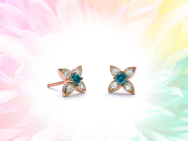Flower-shaped earrings in pink gold with emerald in the center and 4 diamonds on petals.