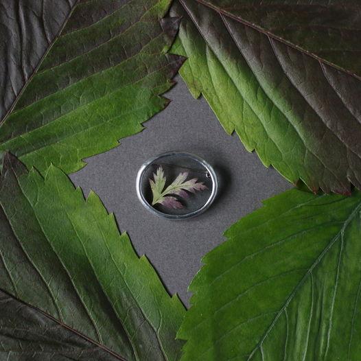 Брошь с осенним листом в овале