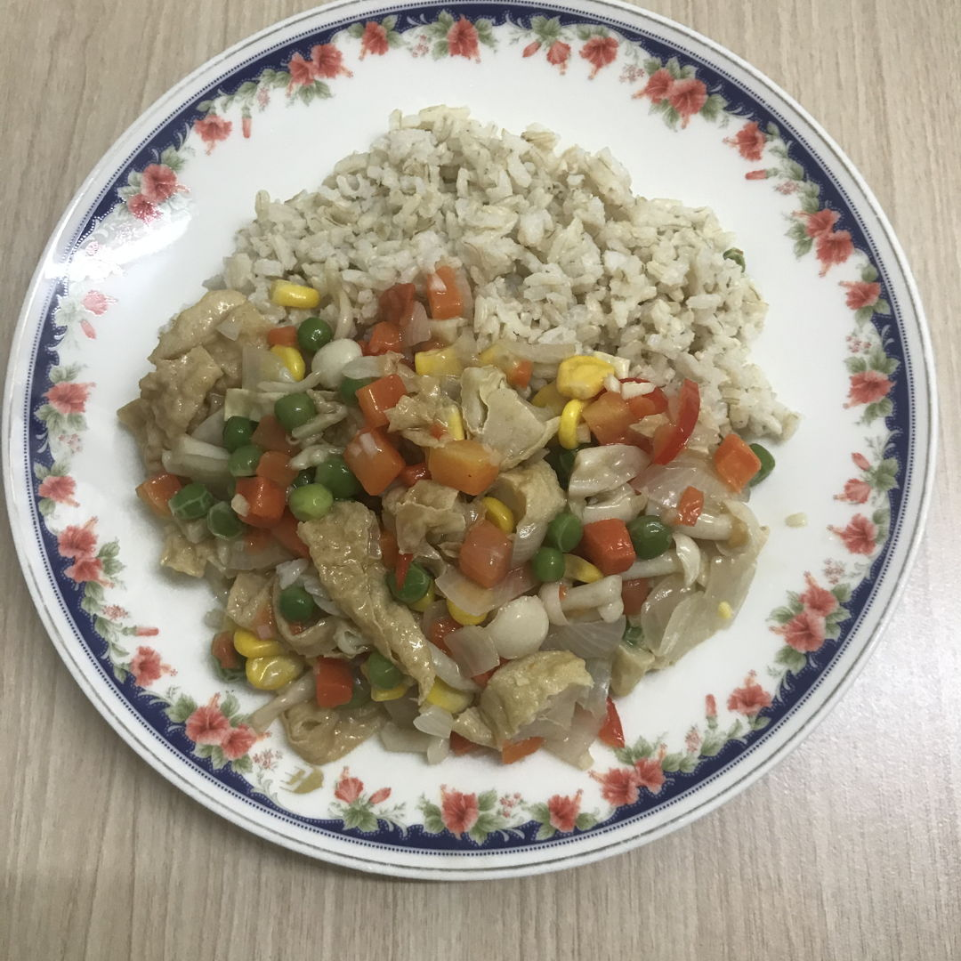 Stir fry mixed veg with fish cakes and mushrooms. Fast and easy 🌼