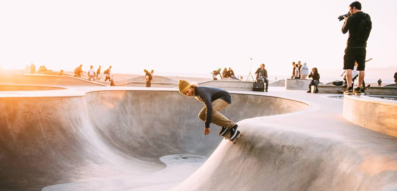 Photo d'un skateur en train de pomper dans le bowl pour prendre de la vitesse et effectuer des tricks avec sa planche de skate.