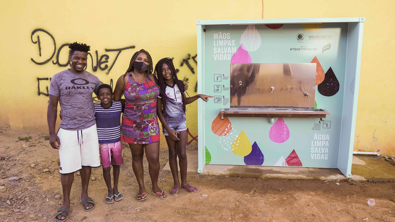 Una familia con nuestra estación de agua en Brasil