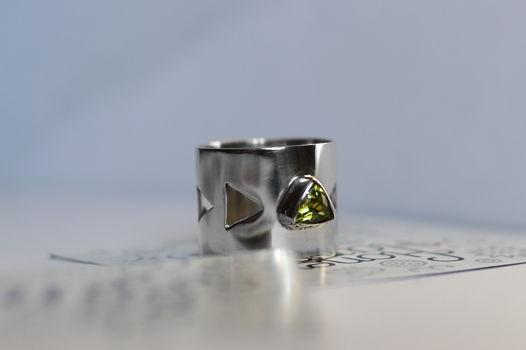 Геометрическое широкое кольцо с перидотом