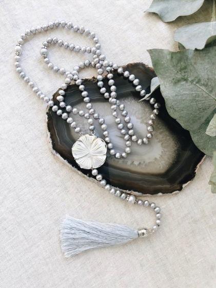 Колье из серого жемчуга с перламутровым цветком и шелковой кистью
