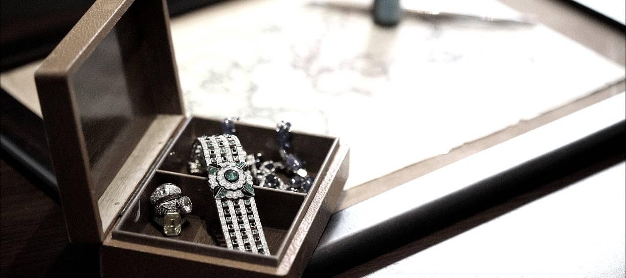 Lady Purchasing a diamond from Jogani