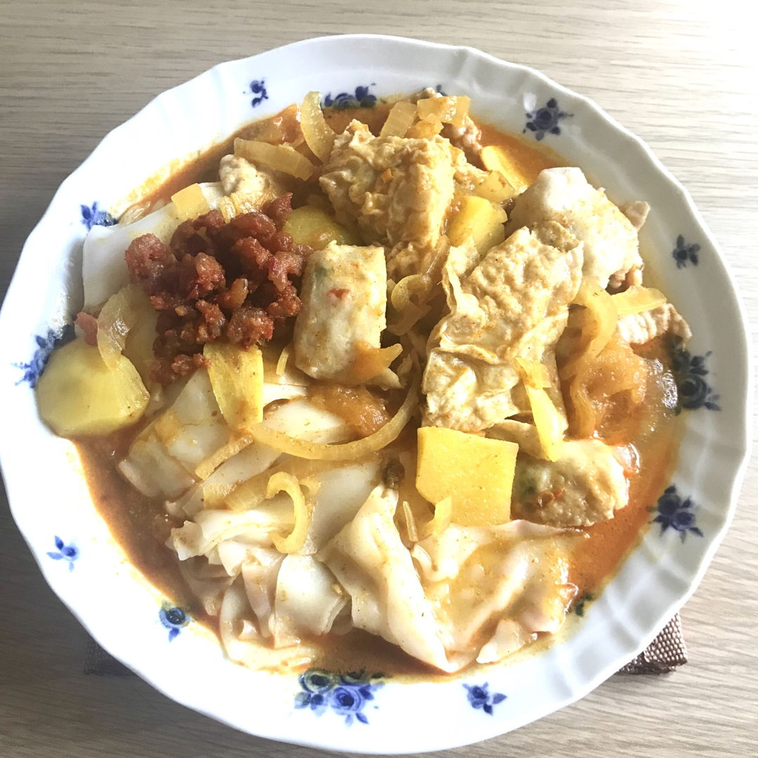 My version of curry chee cheong fun. Added in Sambal udang & some potatoes 👍🏻 So yummy! 😃