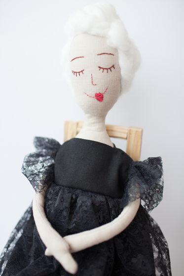 Кукла в черном платье