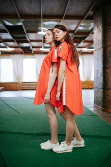 Платье - рубашка свободного кроя с серебритыми лампасами и кнопками