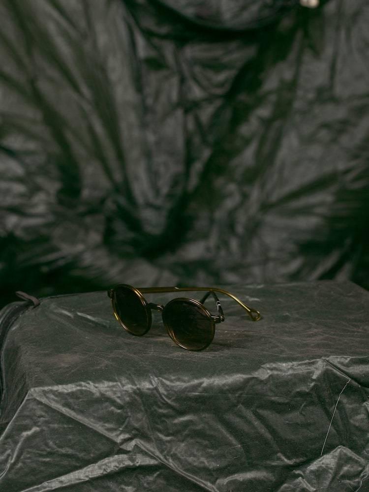 Kaibosh X Bergans solbriller Type S51 på grå fallskjerm