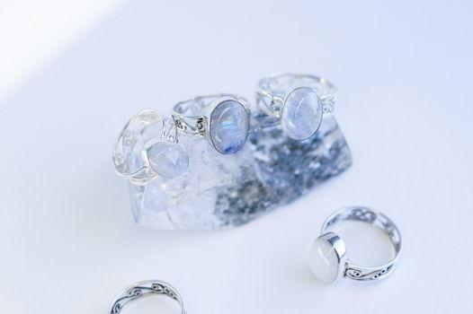 Резное серебряное кольцо с натуральным лунным камнем