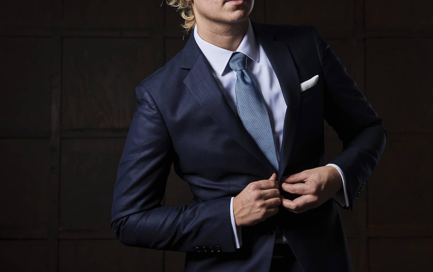 TailorMate   navy skræddersyet jakkesæt med hvid skjorter og blåt slips