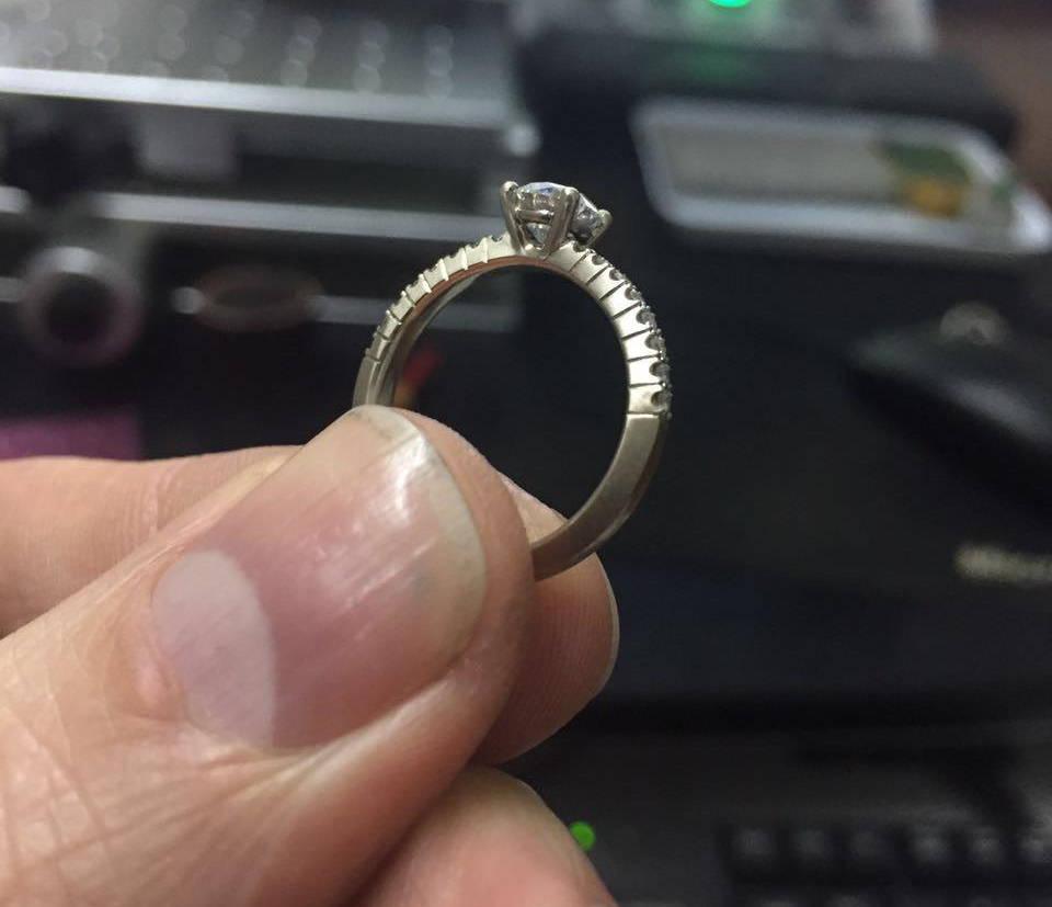 Matthieu`s fiancée's engagement ring