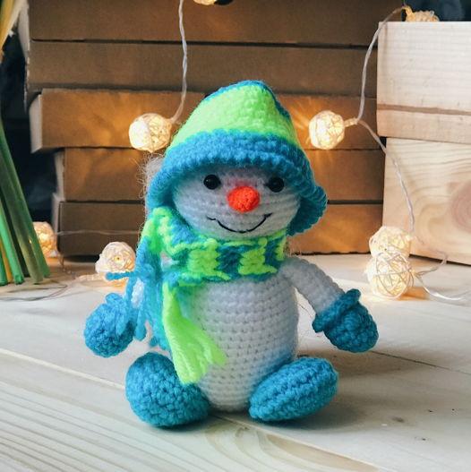 вязанный снеговик Иней