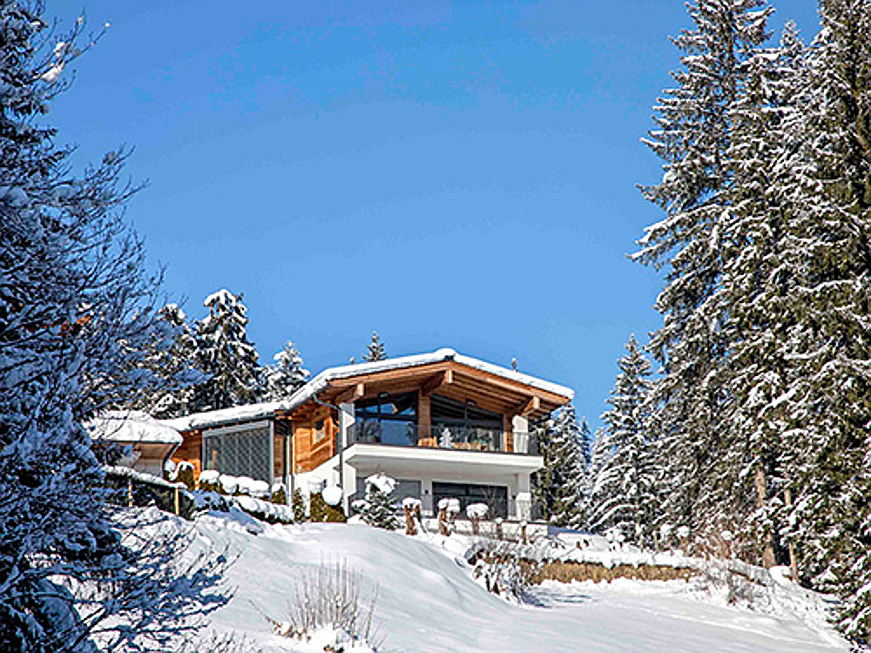 Visp - The purchase price for this modern Tyrolean-style country home, that spans 509 square metres in total is around 5.2 million euros. (Image source: Engel & Völkers Kitzbühel)