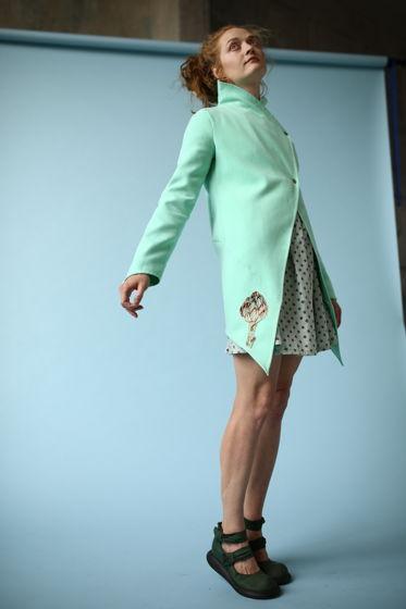 Легкое бирюзовое пальто  с вышитым артишоком