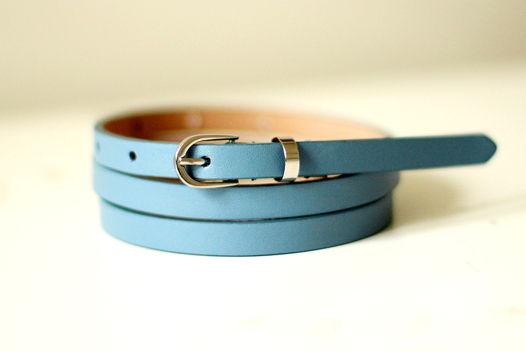 Узкий кожаный насыщенный голубой ремень