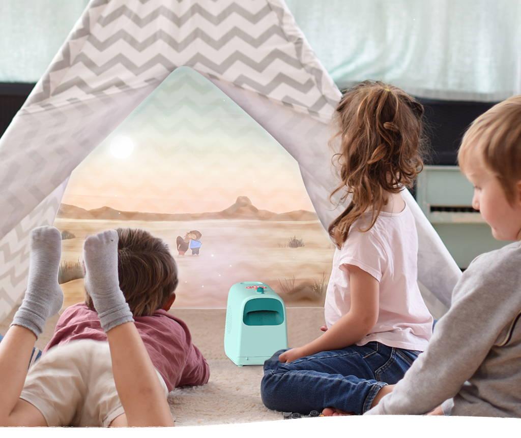 Enfants utilisant Tikino dans le salon