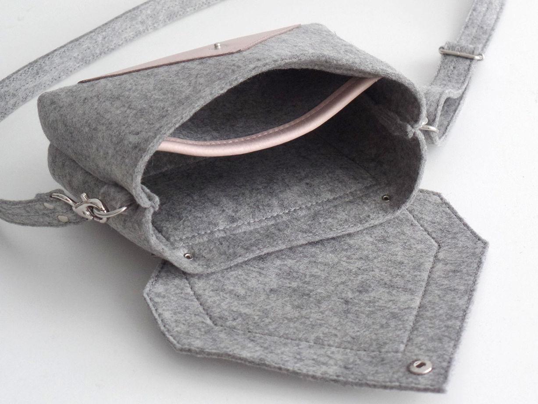 Светло-серая сумка через плечо из фетра и кожи