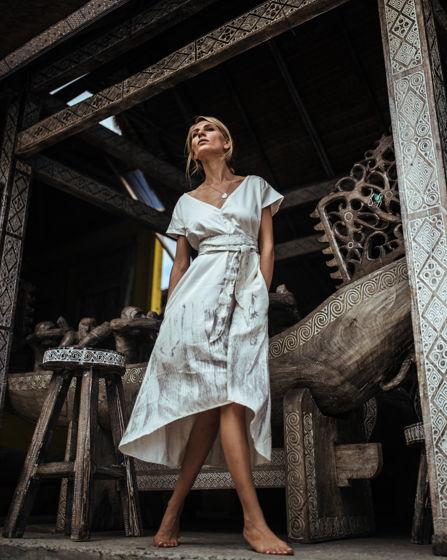 Белое миди платье.