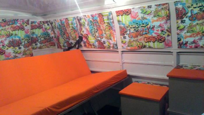 interior da kombi com estofado laranja