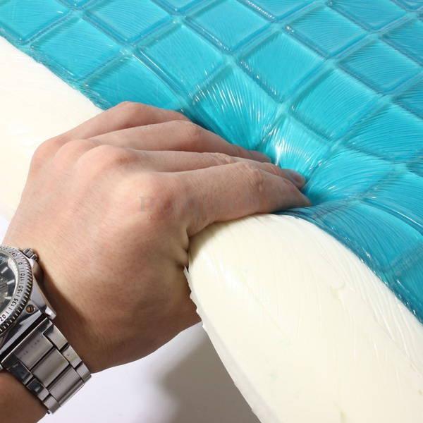 Main touchant la mousse à mémoire de forme de l'oreiller rafraichissant