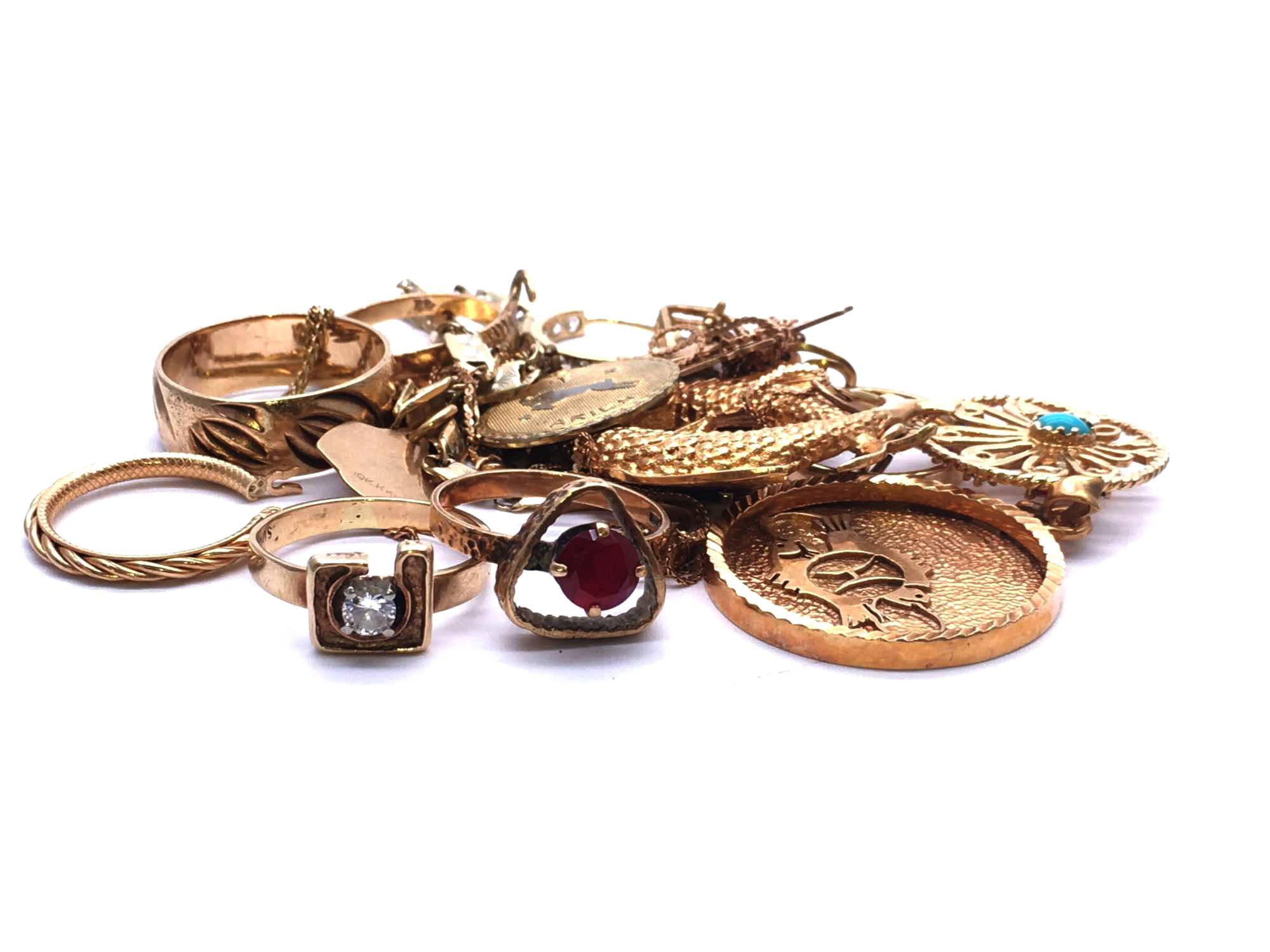 Amas de bijoux en or prêts à être testés.