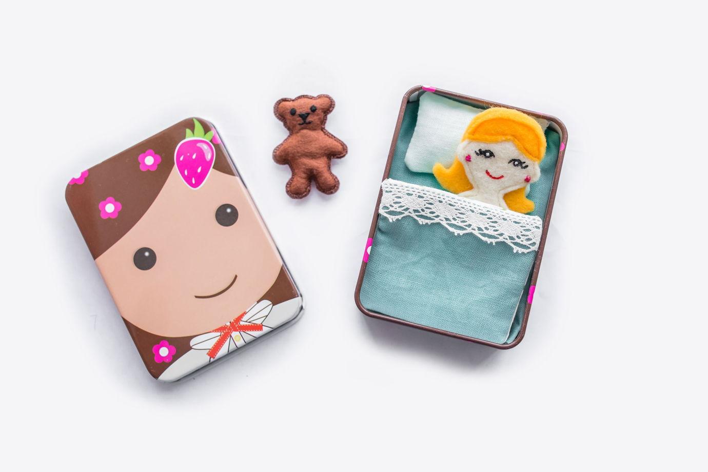 Коробочка-кроватка с девочкой и мишкой
