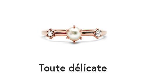 Bague avec perle au centre et deux diamants de chaque côté. Toute délicate de Flamme en rose