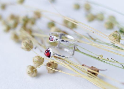 Двойное серебряное кольцо с ограненными гранатами