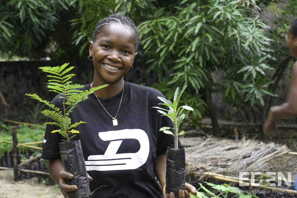Mamatiana-holding-seedlings-maison-naturelle
