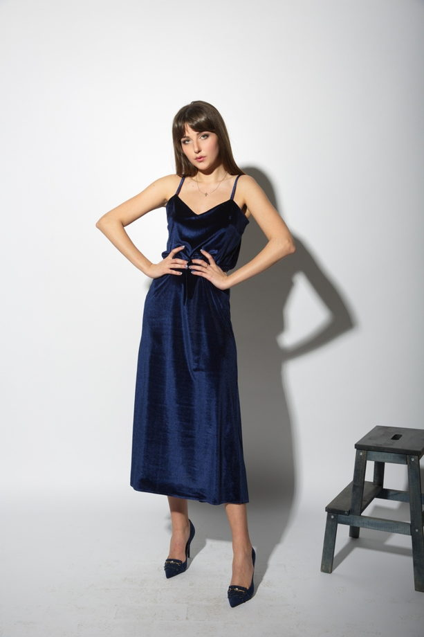 Бархатное платье на бретелях с разрезом