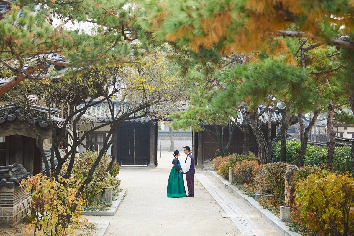 KOREAN COUPLE IN HANBOK