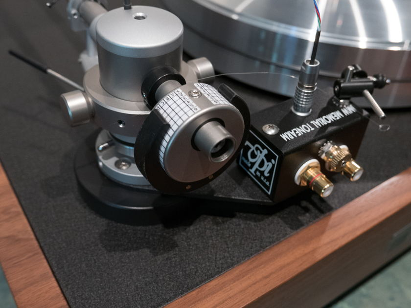 VPI Industries Classic 30th Anniversary with $700 in Accessories