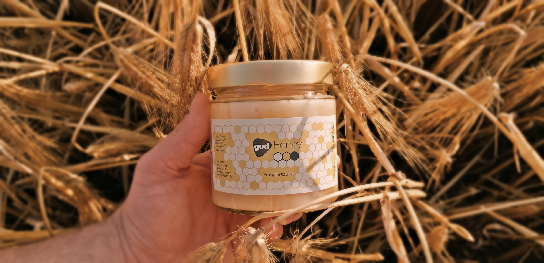 Honig Glas in der Hand im Feld