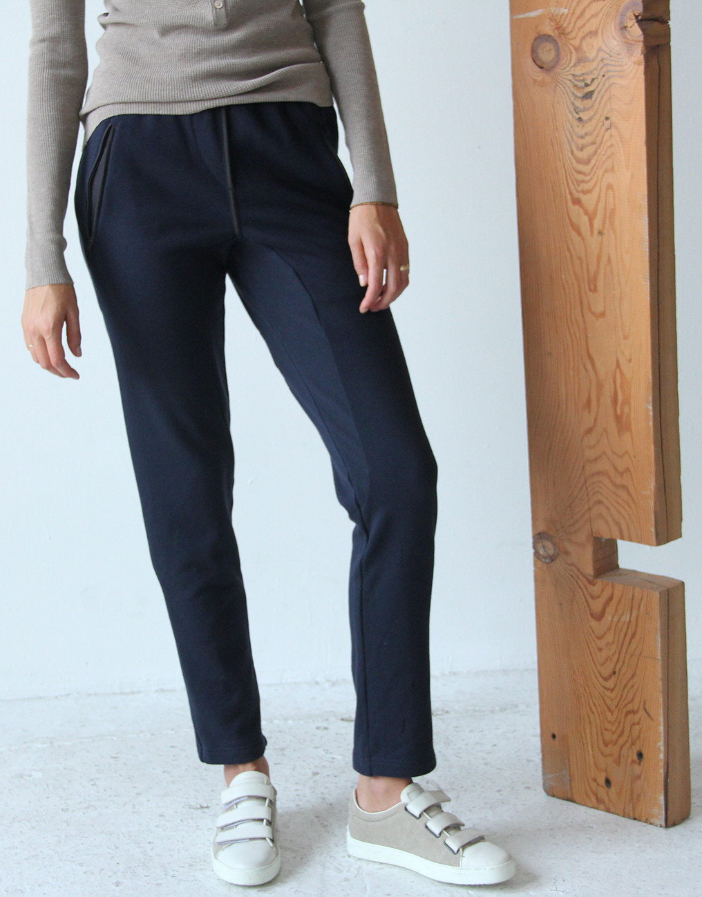 WONDROUS – NAVY KNIT TRAVEL PANT