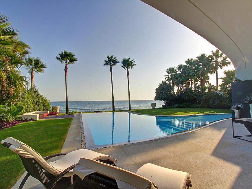 Frankfurt am Main - This modern villa has an interior of some 496 square metres and is located in direct proximity to the most desirable beaches in Marbella. It is on sale for 11 million euros. (Image source: Engel & Völkers Marbella East)