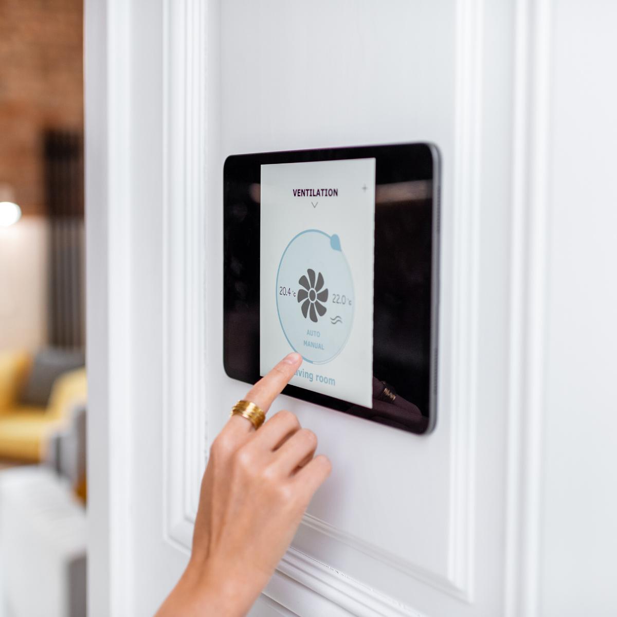 Podés controlar tu hogar desde el celular o una tablet, donde quiera que estés.