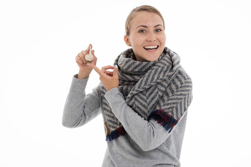 Chica curando la sinusitis con ajo