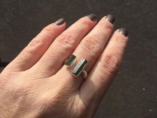 Кольцо с зелеными турмалинами негранеными (незамкнутое)