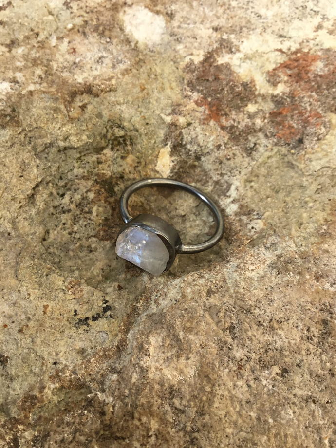 Колечко тонкое с неграненым лунным камнем (серебро в чернении)