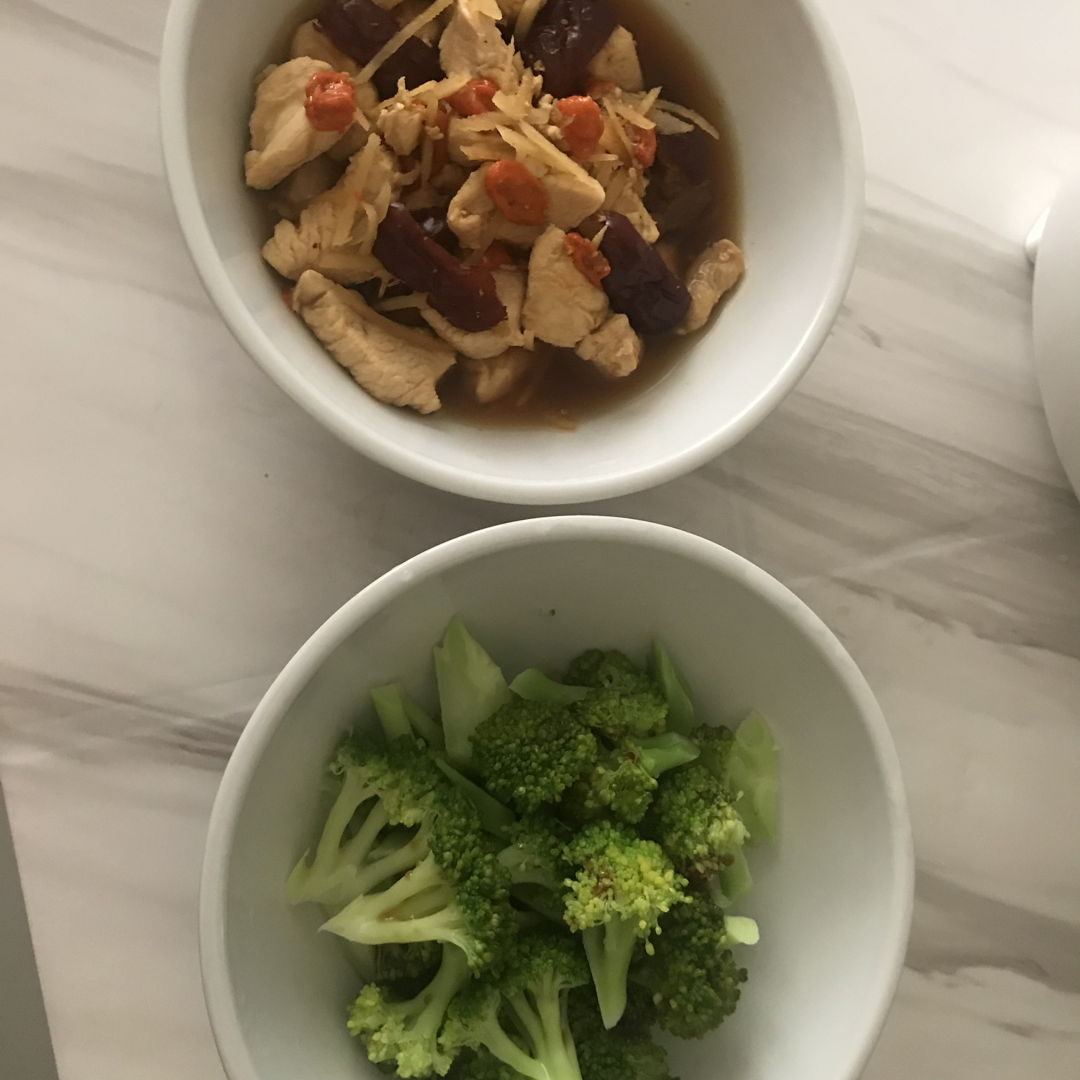 Goji berries chicken and broccoli for lunch 🥦 🍗