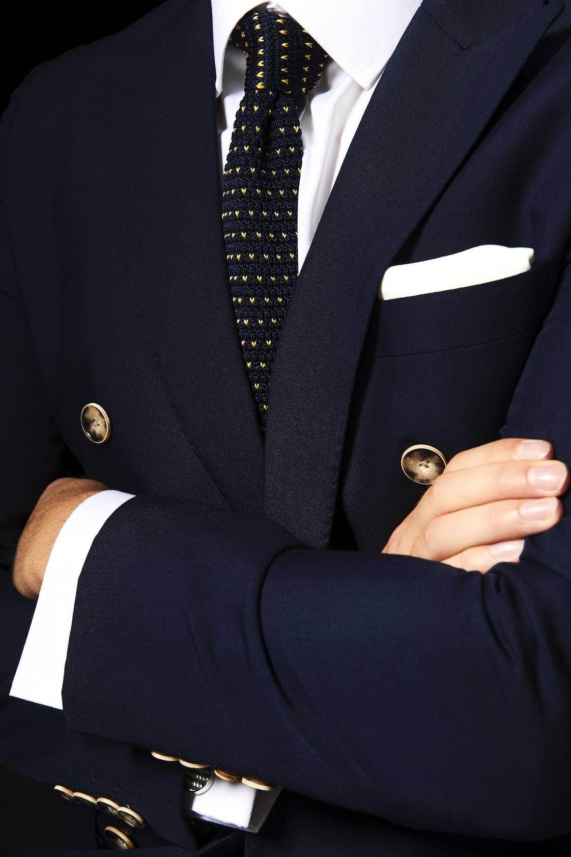 TailorMate   skræddersyet dobbeltredet jakkesæt med hvid skjorte og flettet slips