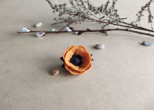 Брошь-цветок из фетра. Горчичный