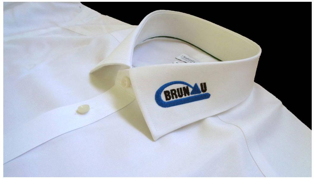 Hemden mit Logo bestickt am Kragen. Bestickte weisses Hemd für Verein Brunau Zürich Schweiz